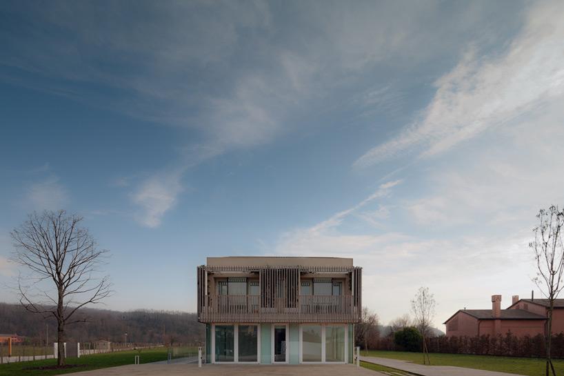 būstas saveikauja su gamta per placius langus