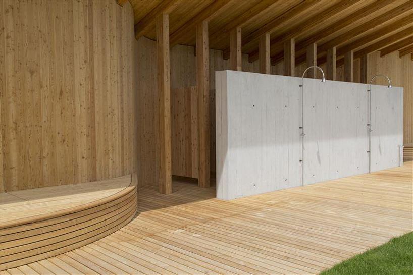 betonas kontrastuoja su medine apdaila